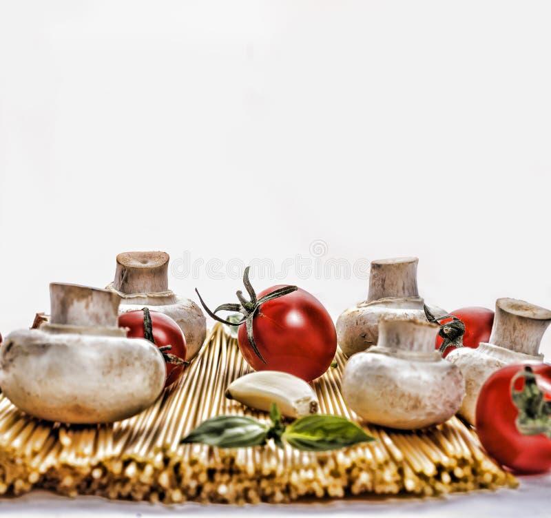 Spagetti Befruktning: Nationell spagettidag i USA 4 Januari Rå spagetti med olika ingredienser, körsbärsröda tomater, mush arkivfoton