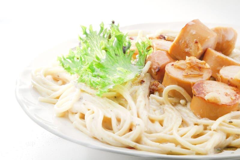 Spagetti-carbonara saussage lizenzfreie stockfotos