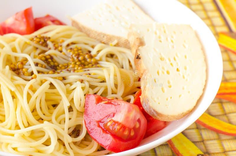 Spagetti de pâtes avec la tomate et le fromage dans la moutarde française photo stock