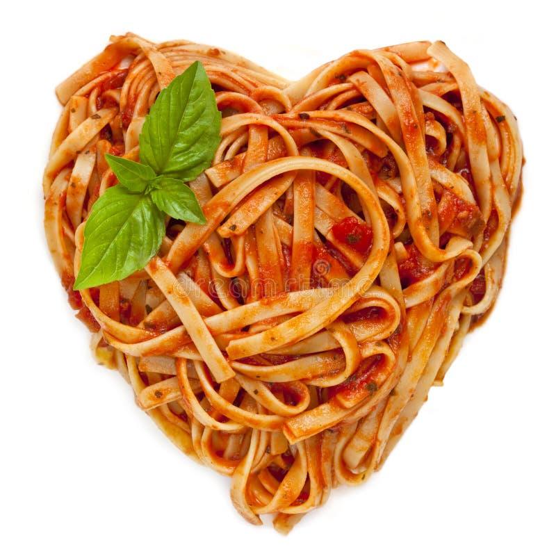 spagetti för basilikahjärtaform arkivbilder