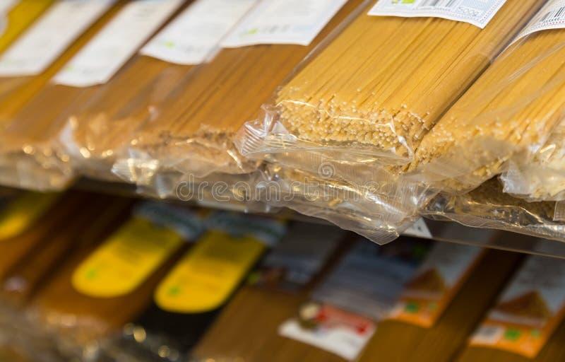 Spagetti i ett modernt shoppar fönstret arkivbilder