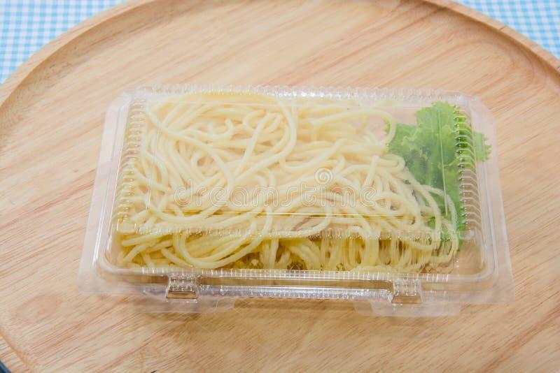 Spagetti i plast- ask royaltyfria bilder