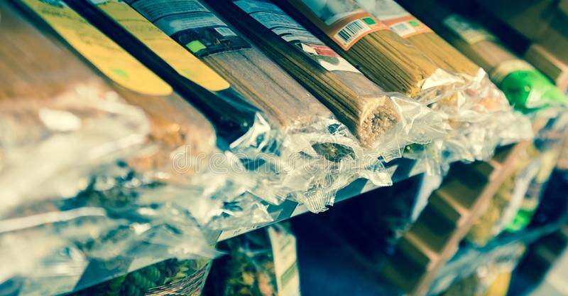 Spagetti i plast- förpacka på hyllor arkivbild