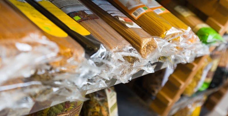 Spagetti i plast- förpacka på hyllor arkivfoton