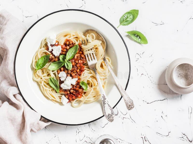 Spagetti med den vegetariska linsen bolognese på en ljus bakgrund fotografering för bildbyråer
