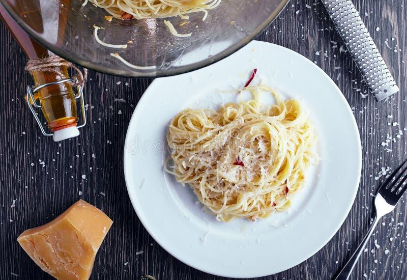 Spagetti med den vitlökolja och chili arkivfoto