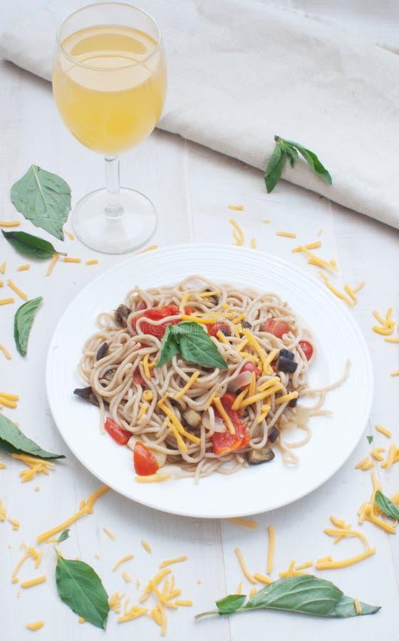 Spagetti med grönsaker royaltyfria bilder