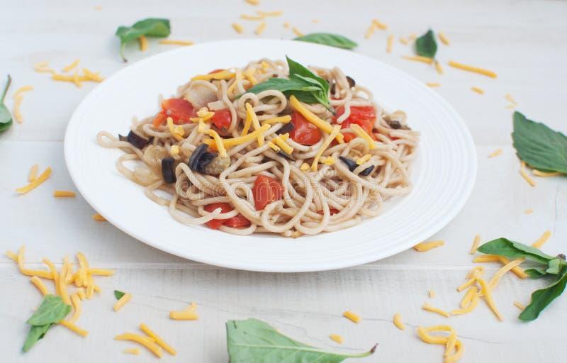 Spagetti med grönsaker och ost arkivfoto