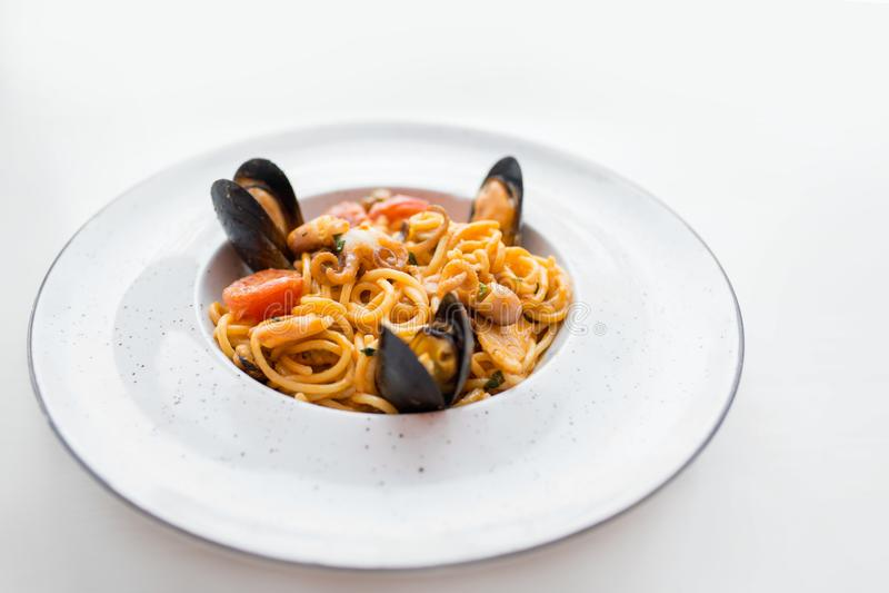 Spagetti med havs- musslor Soba nudlar med räkor och grönsaker asiatisk mat Pasta med skaldjur i tomatsås royaltyfri fotografi