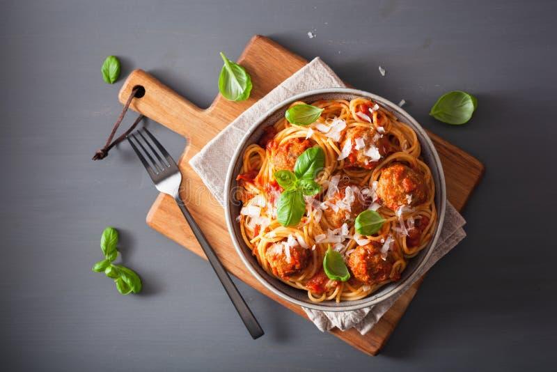 Spagetti med köttbullar och tomatsås, italiensk pasta arkivbilder