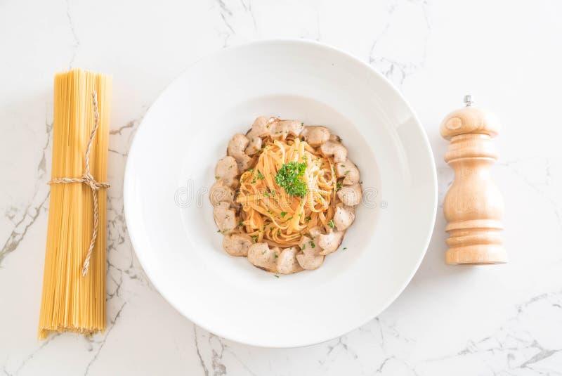 Download Spagetti med korven arkivfoto. Bild av sås, pasta, italienare - 106834032