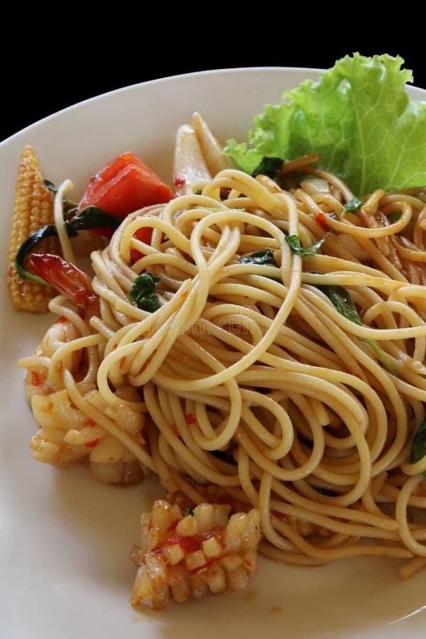 Spagetti med kryddig blandad skaldjur arkivfoton