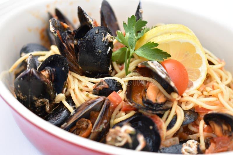 Spagetti med musslor och tomats?s fotografering för bildbyråer