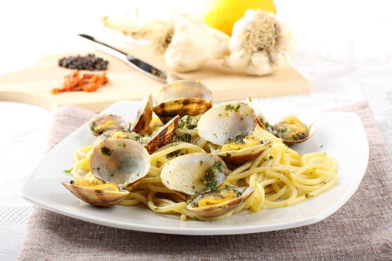 Spagetti med ny musslor, vitlök och parsley arkivbild