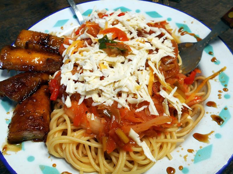 Spagetti med ost som är förberedd i söderna - amerikansk stil royaltyfria foton