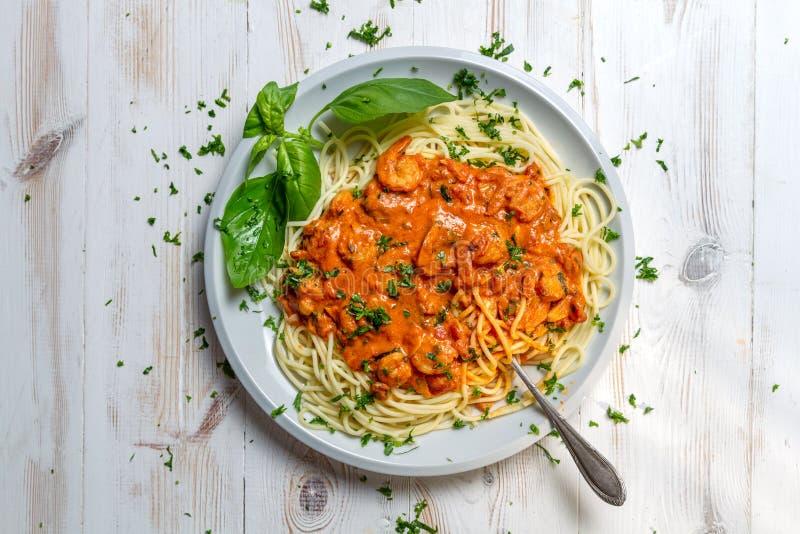 Spagetti med räkor i tomatsås arkivfoton