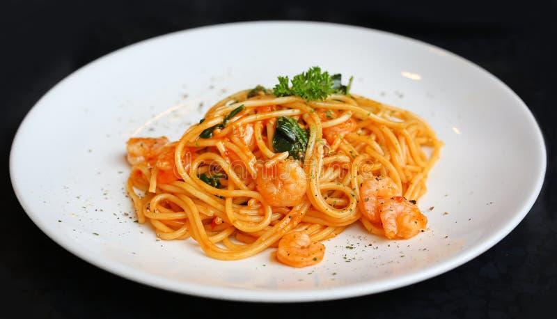 Spagetti med räkor och tomatsås royaltyfria bilder