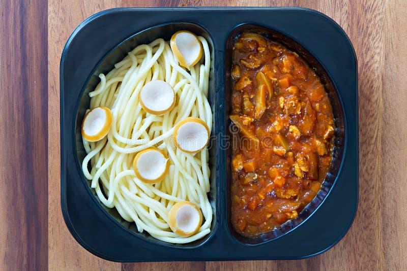 Spagetti med röd tomatsås arkivfoto