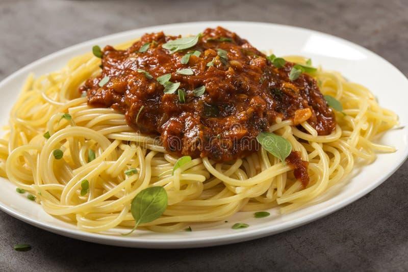 Spagetti med sås av medelhavs- tonfisk, nya oreganosidor arkivfoton