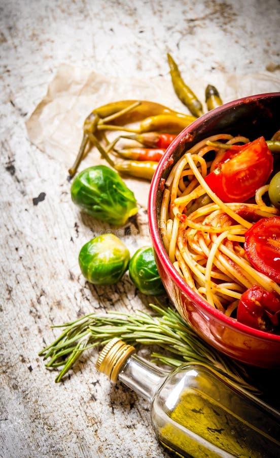 Spagetti med tomatdeg, örter och peppar royaltyfria bilder