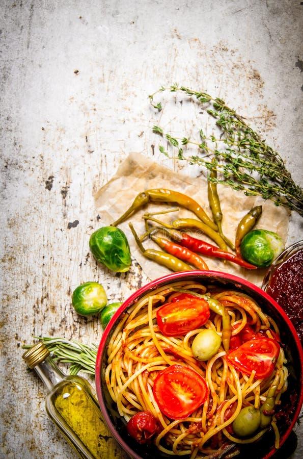 Spagetti med tomatdeg, örter och peppar arkivfoton