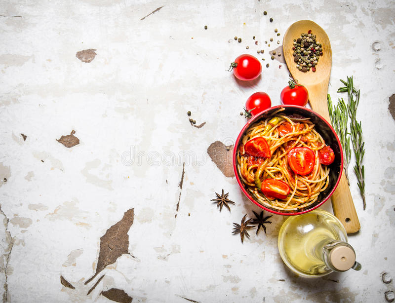 Spagetti med tomatdeg, olivolja och kryddor royaltyfria bilder