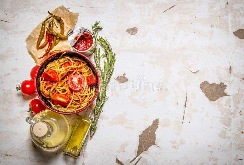 Spagetti med tomatdeg, peppar för varm chili och olivolja arkivfoto