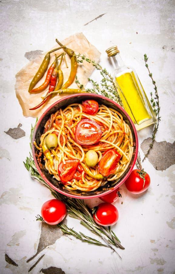 Spagetti med tomatdeg, peppar för varm chili och olivolja arkivfoton