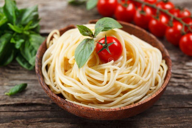 Spagetti med tomaten och basilika. royaltyfria foton