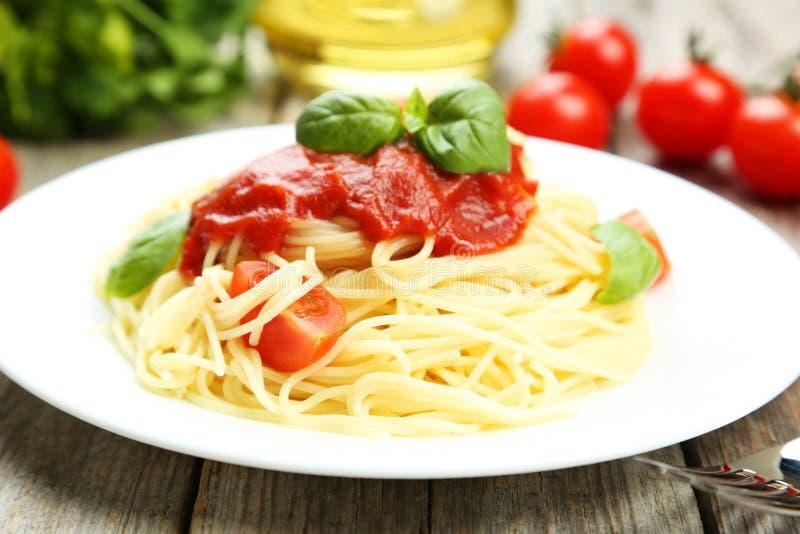 Spagetti med tomater arkivbilder