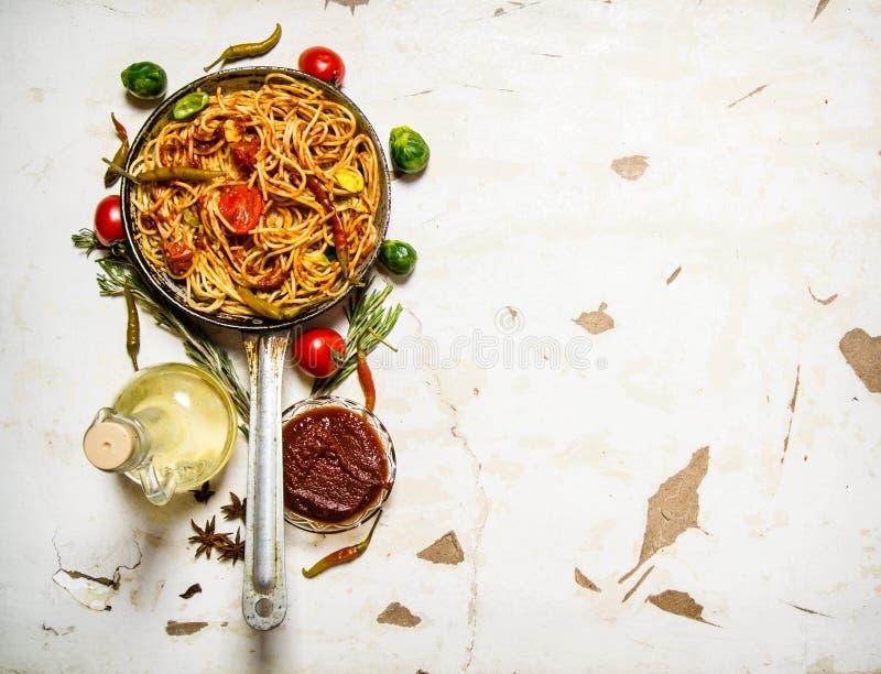 Spagetti med tomatsås och grönsaker fotografering för bildbyråer