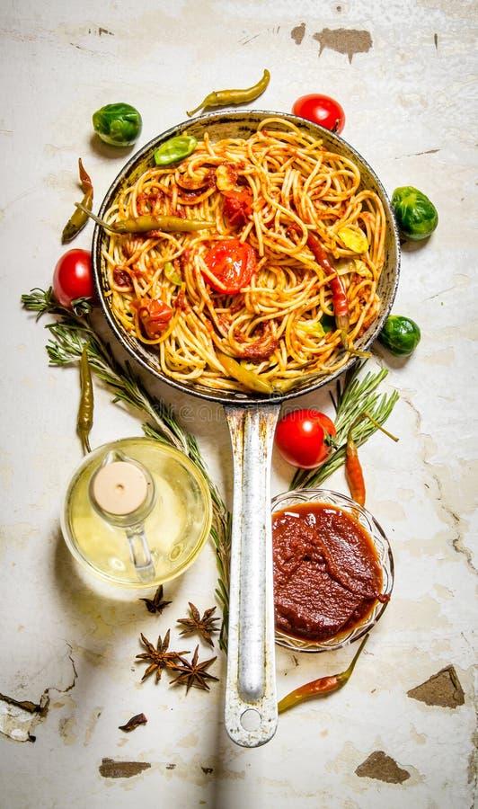 Spagetti med tomatsås och grönsaker royaltyfria bilder