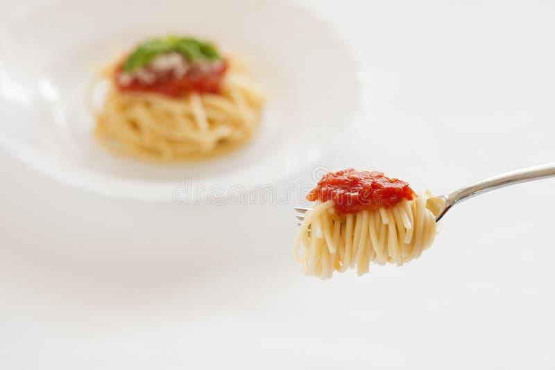 Spagetti med tomatsås på gaffel royaltyfria bilder