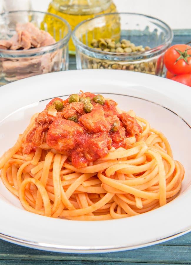 Spagetti med tonfisksås och kapris royaltyfri foto