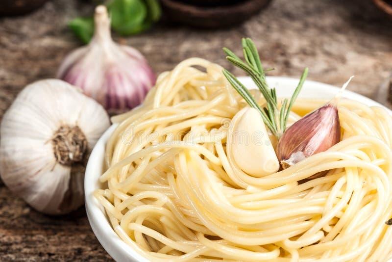 Spagetti med vitlök och rosmarin. Organisk mat arkivbild