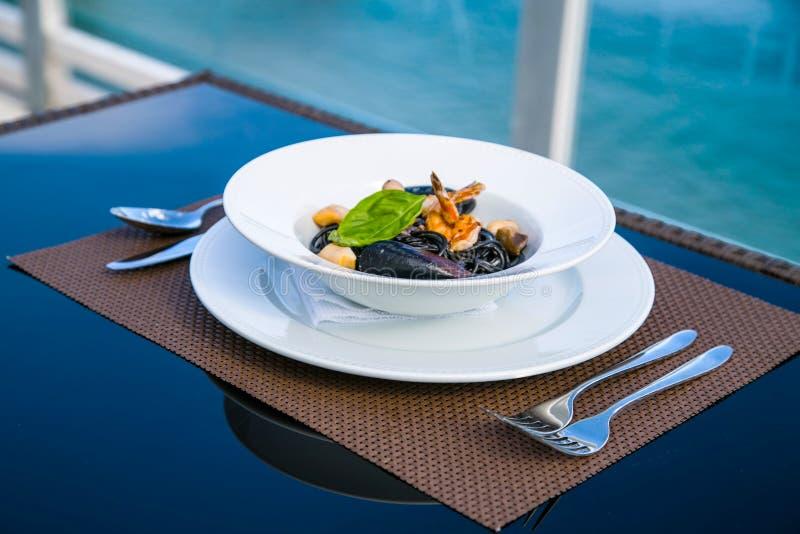 Spagetti mit Meeresfrüchten auf einer Platte stockbild