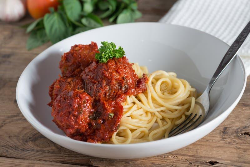 Spagetti och köttbullar i den vita plattan fotografering för bildbyråer