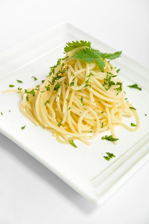 Spagetti på en platta på vit bakgrund arkivfoton