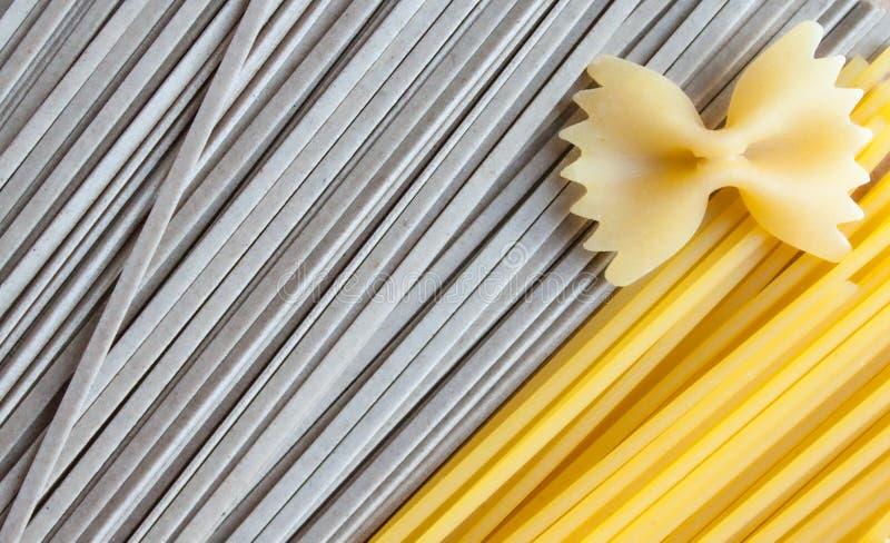 Spagetti, soba och farfalle arkivfoton