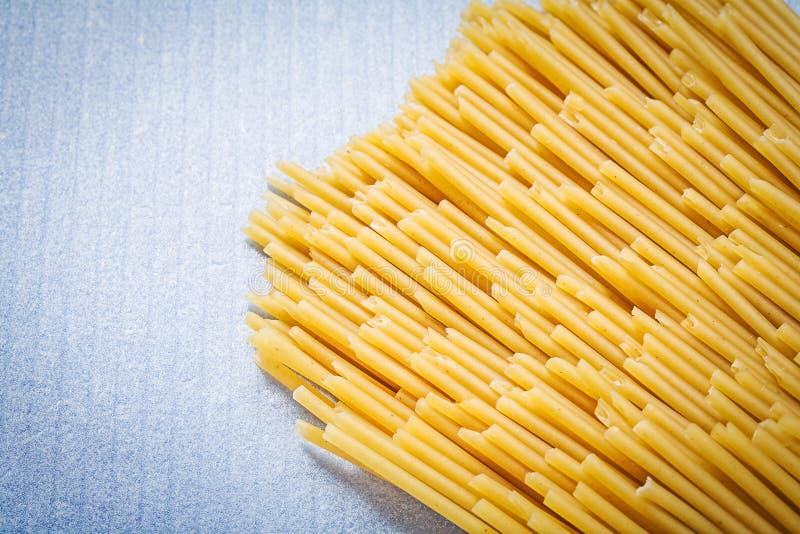 Spagetti som är ordnad i rader på blå bakgrundsmat, och drinken lurar royaltyfri foto