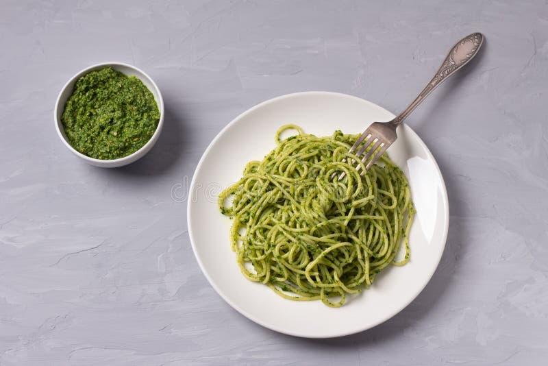 Spagettipasta med grön pesto av grönkål, valnötter, vitlök och olivolja arkivfoton