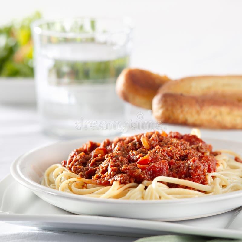 Spagettipasta med tomatnötköttsås royaltyfria foton