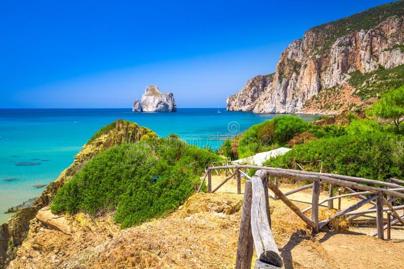 Spaggia Di Masua παραλία και Pan Di Τσούκερο, πλευρά Verde, Σαρδηνία, Ιταλία στοκ φωτογραφία