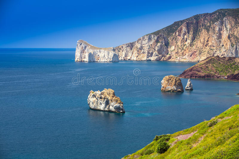Spaggia Di Masua παραλία και Pan Di Τσούκερο, πλευρά Verde, Σαρδηνία, Ιταλία στοκ εικόνες