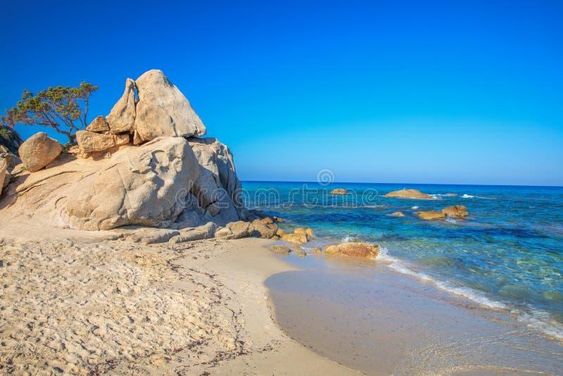 Spaggia Di Santa Giusta plaża z sławną Peppino skałą, Costa Reja, Sardinia, Włochy obrazy stock