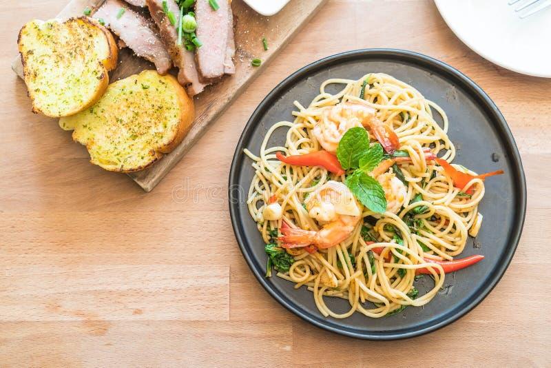Spaghetti épicés faits sauter à feu vif avec la crevette photos stock