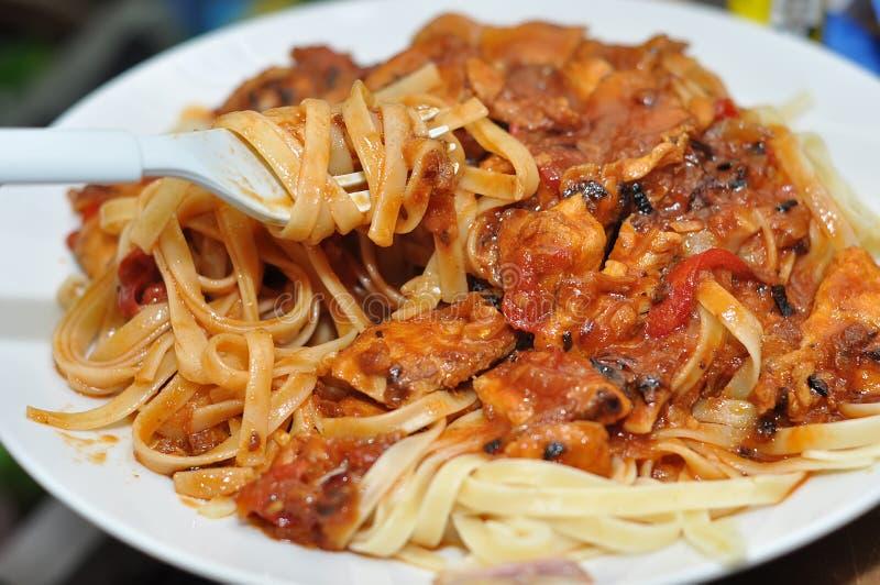 Spaghetti avec de la sauce à poulet images libres de droits