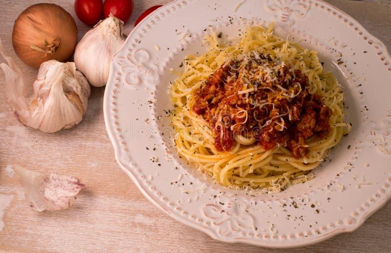 Spaghetti avec de la sauce et le parmesan bolonais images stock