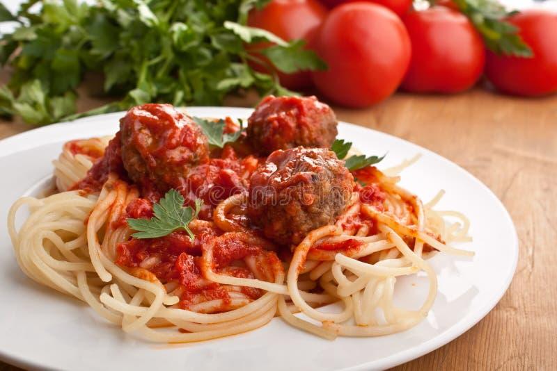 Spaghetti avec des boulettes de viande avec la sauce tomate photos stock