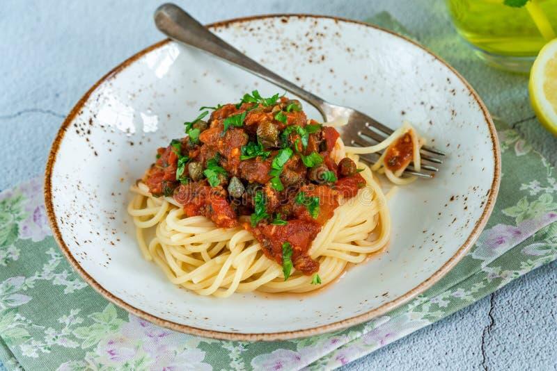 Spaghetti avec des sardines en sauce tomate images libres de droits